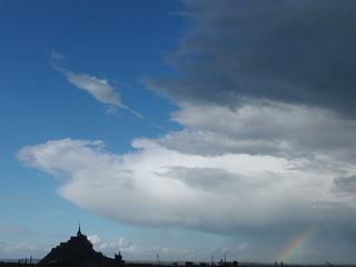 El monte Saint-Michel y arco iris