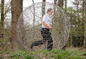 Un paseo en esfera de acero