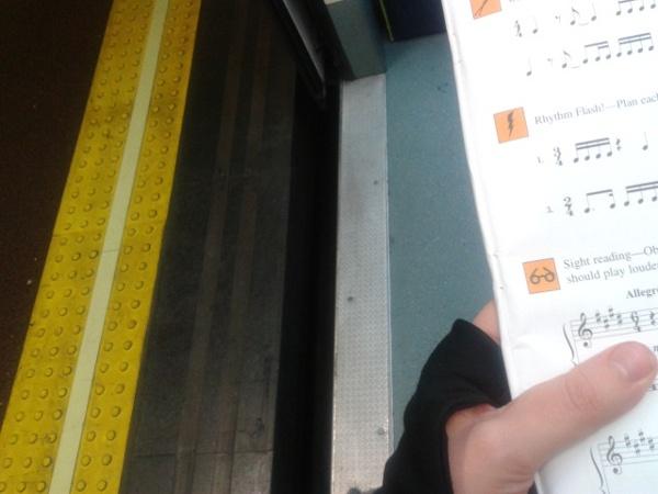 foto - estudiando rítmica en el metro