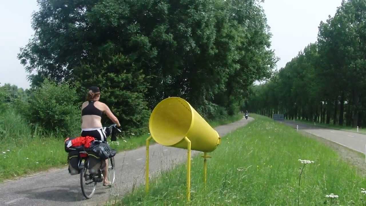 Papelera adaptada en carril bici de Holanda