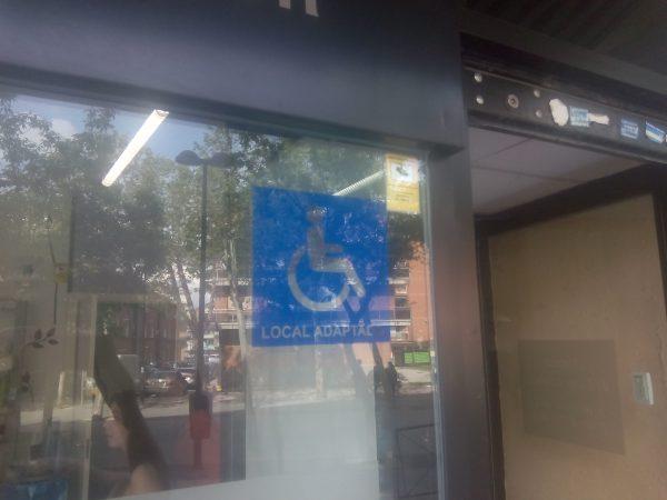 Un local estaba señalizado como accesible, pero el baño adaptado estaba lleno de bicis