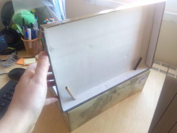 soporte de la pantalla del cuadro de mando del prototipo de ordenador de nave espacial hecho con cartón
