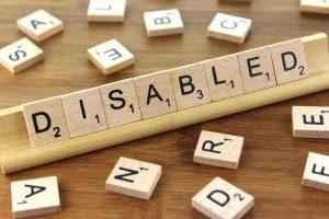 """palabra """"disabled"""" (persona con discapacidad) formada con las piezas del juego de mesa scrabble"""