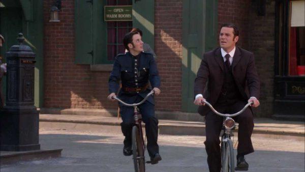 Murdoch y el agente Cabtree en bicicletas antiguas