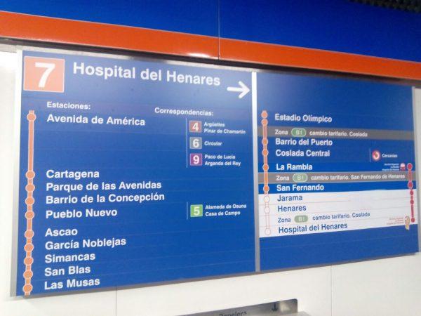 directorio de la línea 7 de metro de madrid con estaciones con fondo azul y otras con fondo blanco