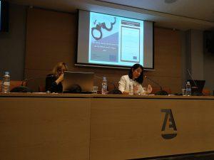 Cristina Carretero de ICADE y Patricia Goichocea de RIS en la mesa de presentación