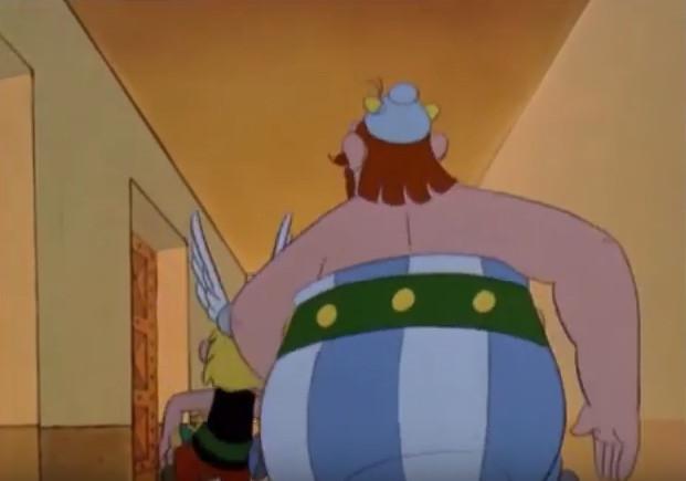 Astérix y Obélix caminan por un pasillo