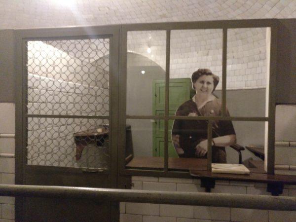 foto de una taquillera en la exposición andén 0 del metro de madrid
