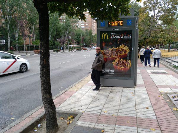 no se ven las líneas de la parada de autobús