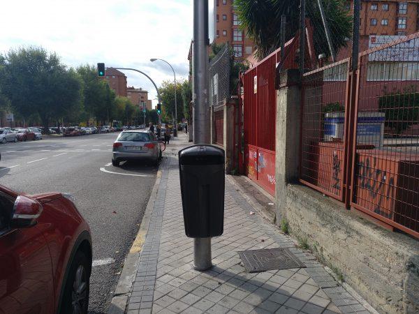 papelera en medio de la calle