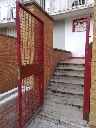 tramo de escaleras sin barandilla en la asociación