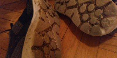 zapatillas llenas de barro
