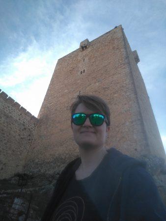 Olga ante torre del castillo