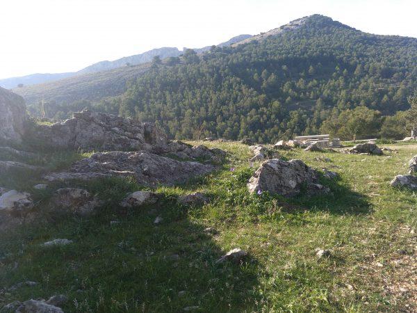 Vistas de La Mella y Neveral. La Mella está detrás y acaba en piedra a la que le falta un gran trozo. El Neveral está cubierto de pinos