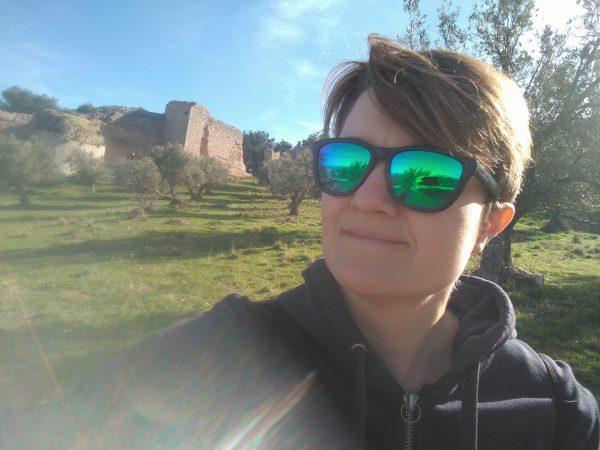 Olga con gafas de sol molonas. Detrás, muralla de Jaén
