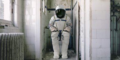 astronauta en un baño