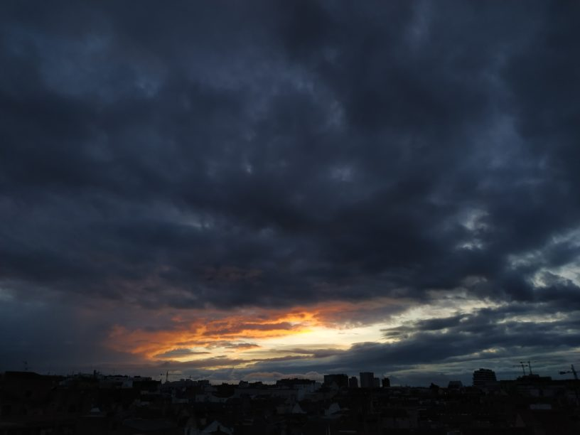 atardecer con cielo nublado