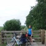 olga con bicis ante puerta de madera