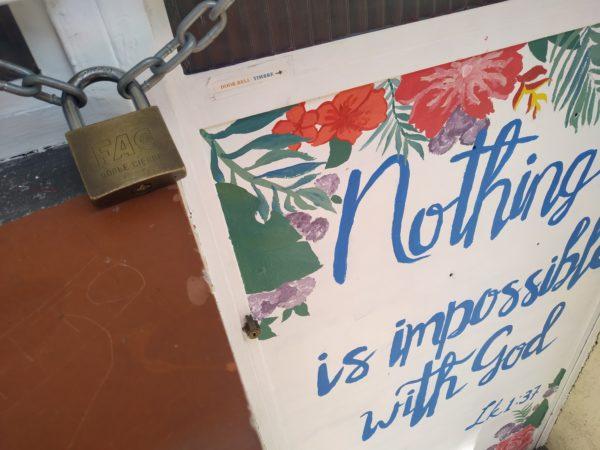Nada es imposible con dios. Candado en la puerta