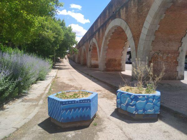 Jardineras con motivos de agua junto al Canal de Isabel II