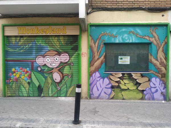 Mono en selva en el cierre de un local llamado Monkeyland
