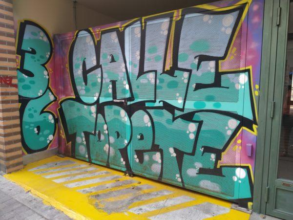 Cochera con grandes y coloridas letras: Calle Topete 36