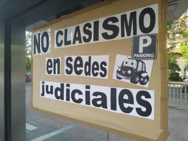No al clasismo en sedes judiciales. Dibujo coche y P de parking. Cartel hecho con folios
