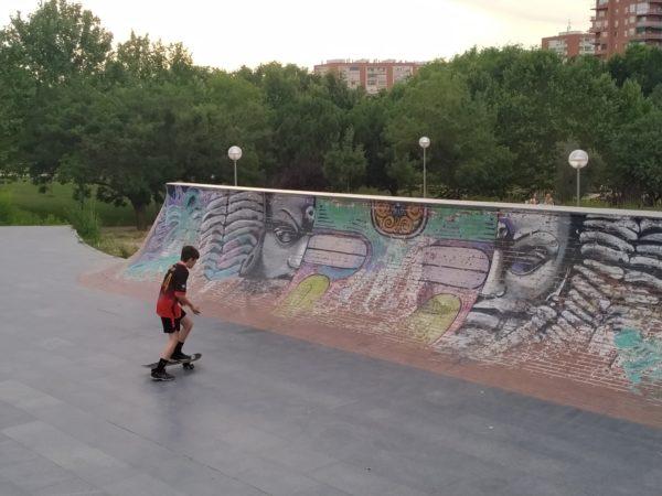 skatepark con figura de buda pintado o algo así!!