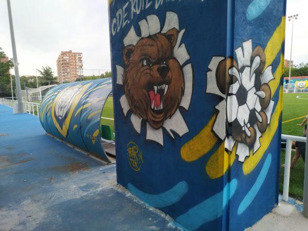oso rasgando graffiti... la garra aparece por otro lado del muro