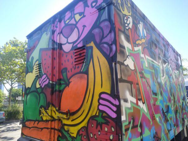 pintada en camioneta: pantera rosa come fruta