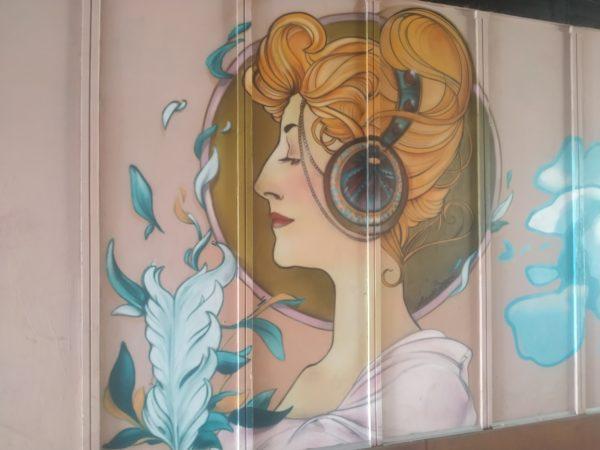 Mujer de perfil estilo art nouveau con lo que parecen unos cascos