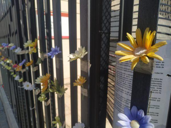 Flores artificiales pegadas en reja