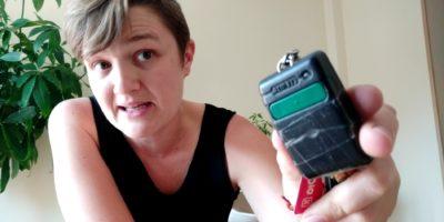 Olga muestra un mando para abrir cochera de forma automática