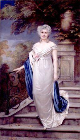 Retrato de Paula Florido con un vestido blanco, pelo cano, bajando unas escaleras. Tiene un tono sereno y señorial